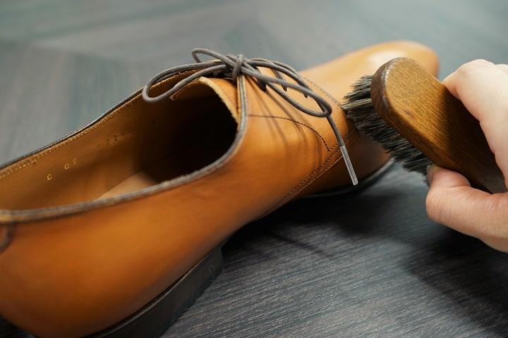 靴全体をブラッシング+柔らかい布で拭いていきます。