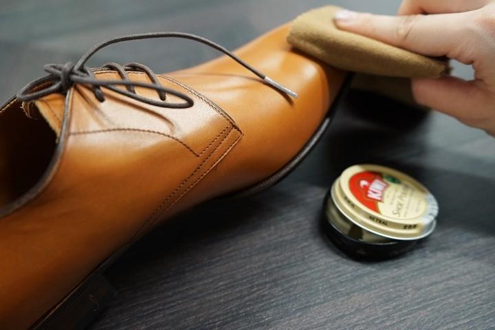 布にクリーナーをつけて、革靴の汚れを拭き取る
