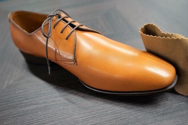 革靴についた汚れを拭き取るイメージで、軽く布を当てる