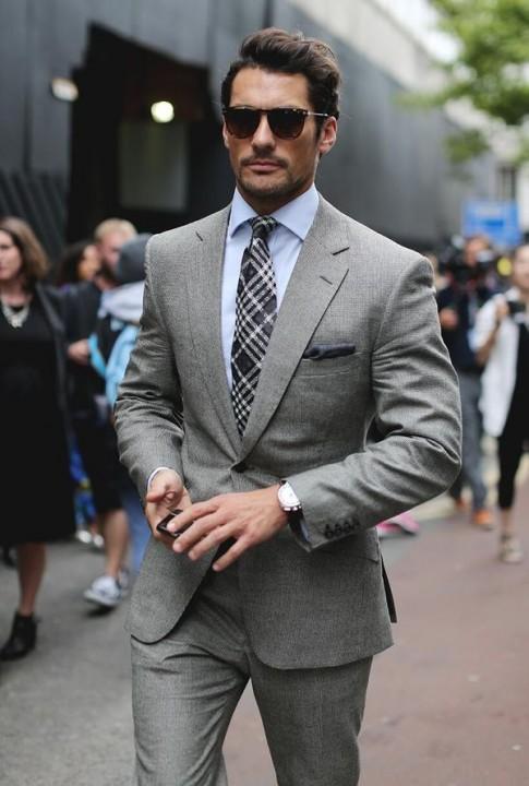 青シャツ×モノトーンのグレースーツスタイル