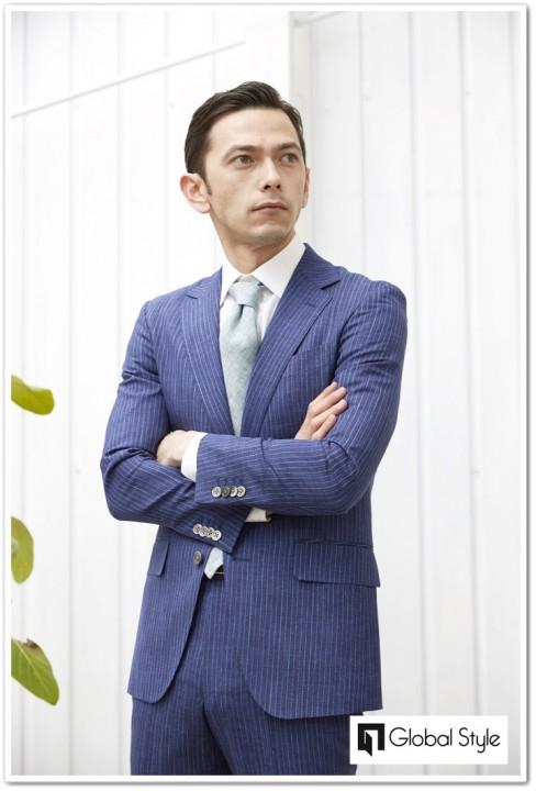 若々しくスタイリッシュなブルーストライプスーツスタイル
