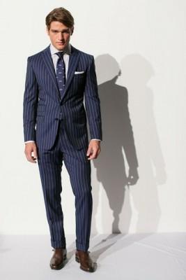 ストライプを強調した明るめのスーツ