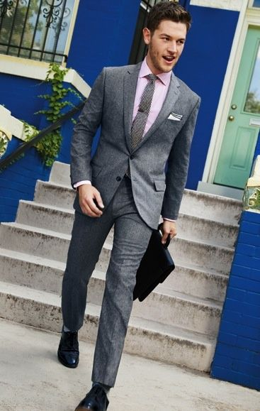 ピンクシャツ×グレーネクタイのスーツ