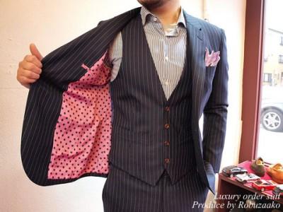 ペンシルストライプ生地のスーツ