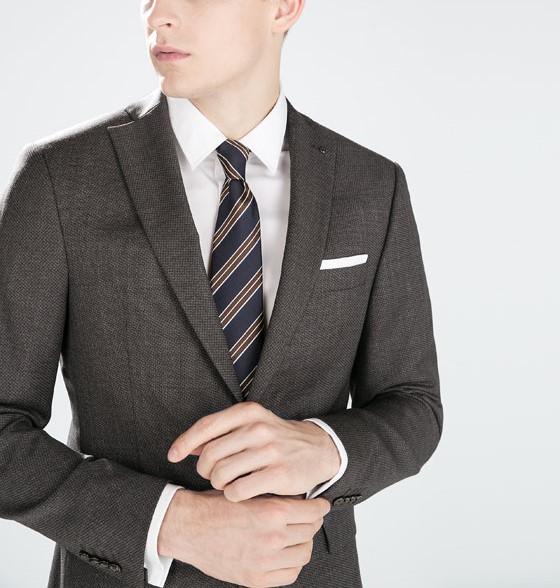 グレーのビジネススーツ
