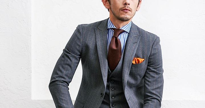 ホリゾンタルカラーシャツと合わせたストライプ柄のグレーのスリーピーススタイル