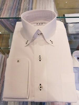 【シャツ襟の種類】ボタンダウンカラーデザインのシャツ