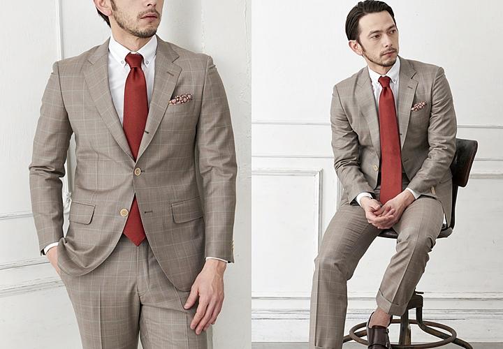 ボタンダウンシャツ×無地柄のネクタイのベージュスーツスタイル