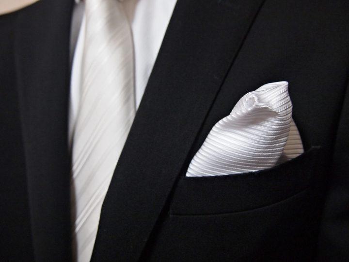 結婚式のネクタイと同じ色のポケットチーフ