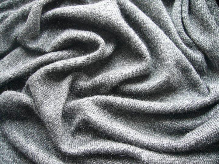 """編み目の細かいニット生地でつくられた""""ハイゲージ""""のセーター"""
