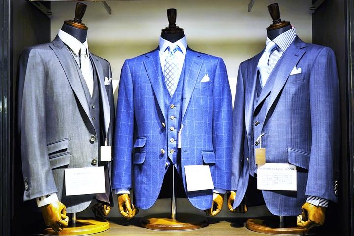 青いスーツのトルソー画像