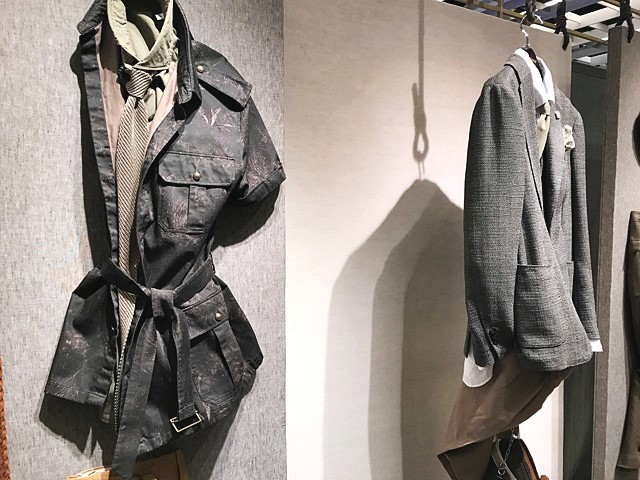 麻やコットンのサファリジャケットなどの服装