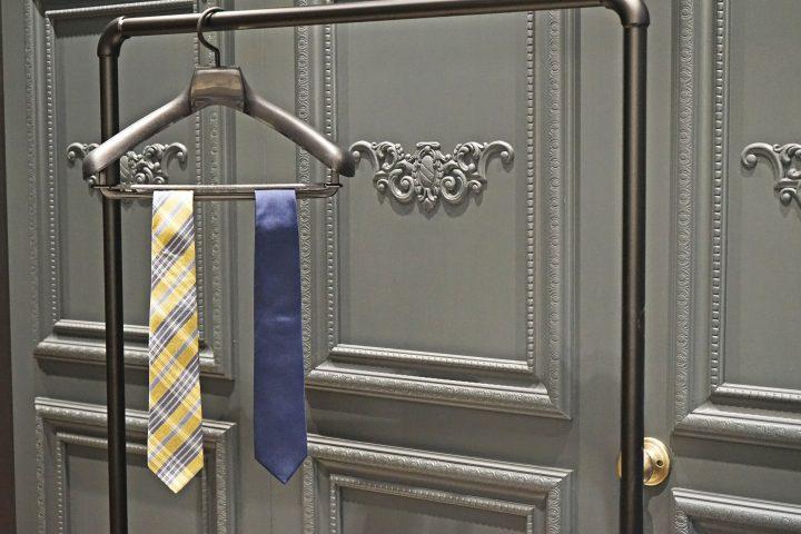 ネクタイを収納する前に「吊るす」