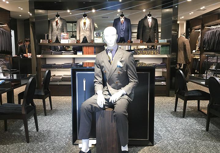 横浜西口店入口から見えるスーツマネキンやトルソー