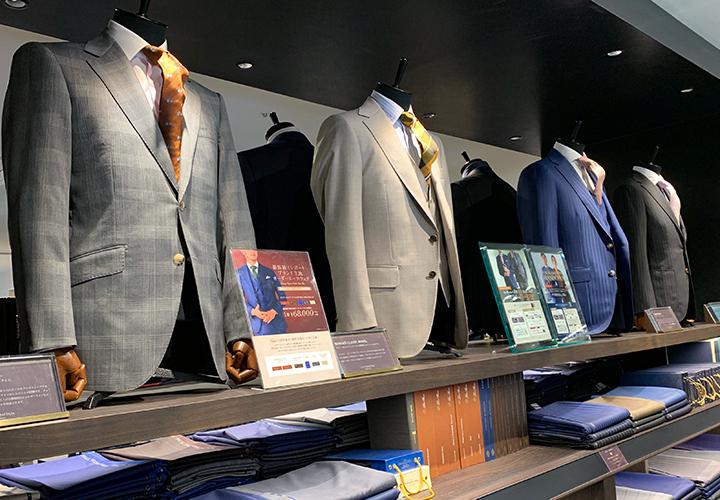 横浜西口店に並んでいるスーツマネキン