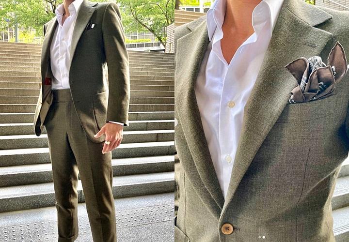 カーキスーツ×白シャツコーディネート
